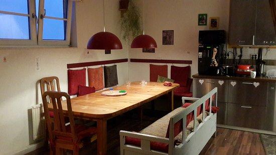 Crafoord Place: Кухня хостела. Обеденный стол