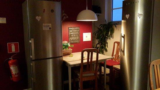 Crafoord Place: Кухня хостела. Второй обеденный стол и холодильники