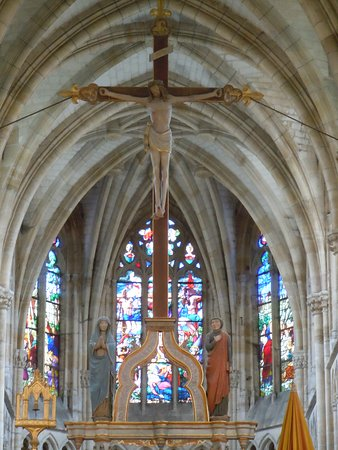 L'Épine, France : Grande croix au-dessus du maître autel