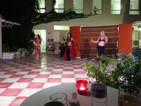 Golden Beach Hotel: Belly dancing night