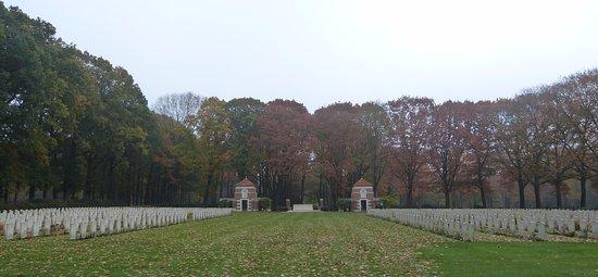 Airborne Cemetery: ZICHT OP BEGRAAFPLAATS