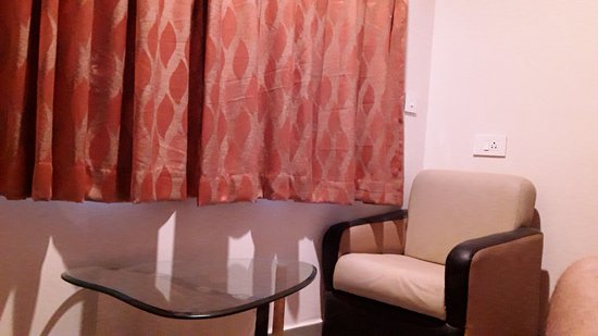 FabHotel Kinnera Comforts Daba Garden : Inside the room have two chairs and a central table..