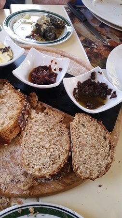 Kfar Kish, Israel: סירין: לחם וממרחים