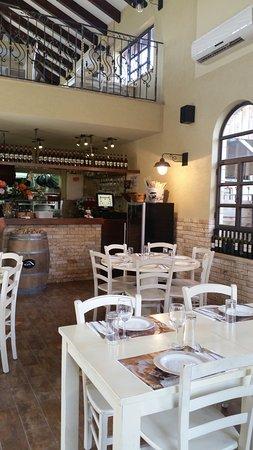 Kfar Kish, Israel: סירין: המסעדה- מראה אל הבר