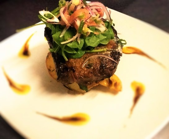 Gordon's Bay, Sør-Afrika: Sirloin Steak with Mango Puree and a Rocket, Onion and Pickled Ginger Salad