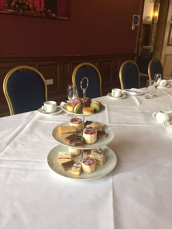 Alloa, UK: This shows the beautiful room and delicious cakes