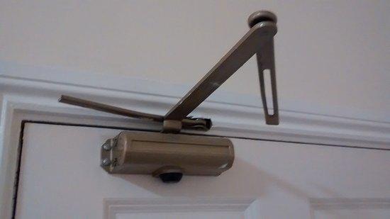 Brompton Hotel London: Broken door latch