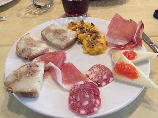 Apecchio, Italie : antipasto al tartufo