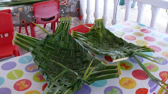 Tuamotu Archipelago, Polinesia Francesa: Tressage des assiettes