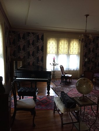 Prospect Place Bed and Breakfast: Breakfast in dining room and adjoining parlor