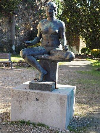 Musée Despiau-Wlérick : Statue in museum grounds