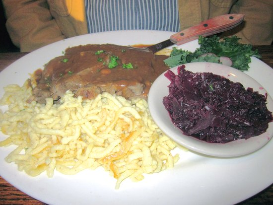 Levittown, Pensylwania: Sauerbrauten with Spatzel and Red Cabbage