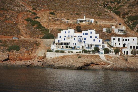 Delfini Hotel Sifnos: vue de l'hotel depuis le bateau