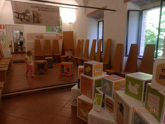 Esposizione di sedie e tavoli in carta foto di museo della carta