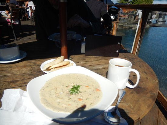 Port Renfrew, Canada : Seafood chowder and garlic bread