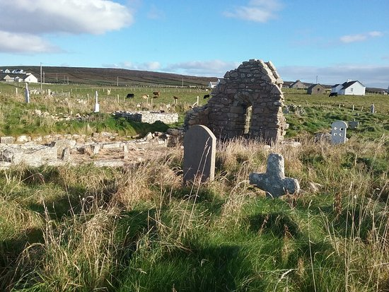 Belmullet, Irlandia: View over the graveyard to the  church