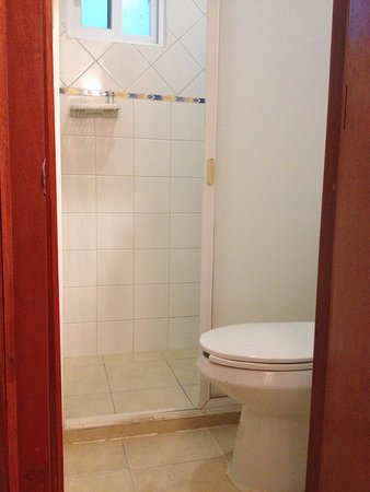 Mini bagno con finestra su scale e camere vicine - Picture of Hotel ...