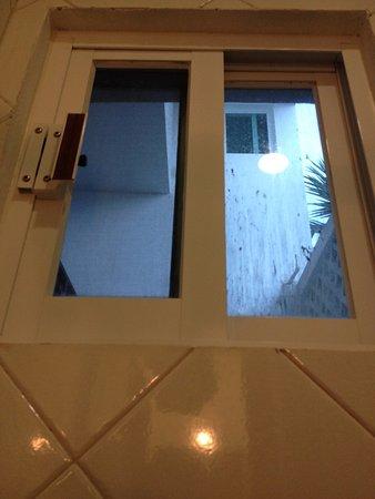 Hotel Xbulu-Ha: Finestra bagno zero privacy senza tenda che da su scale e camere piano superiore