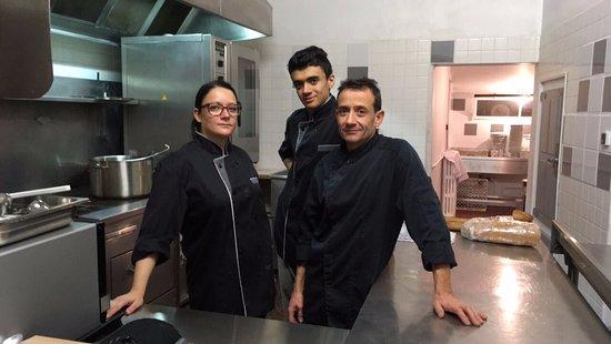 L'équipe en cuisine préparant vos plats.
