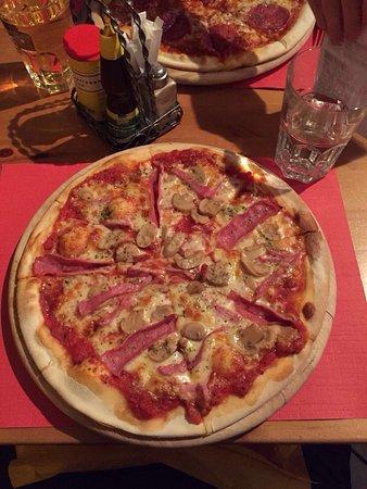 Reinach, Zwitserland: Kleiner Saisonsalat mit Pizza Prosciutto Funghi, Napoli und Salami
