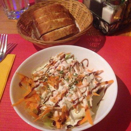 Reinach, Switzerland: Kleiner Saisonsalat mit Pizza Prosciutto Funghi, Napoli und Salami