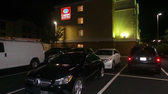 Comfort Suites Universal Studio Area: Estacionamento a noite