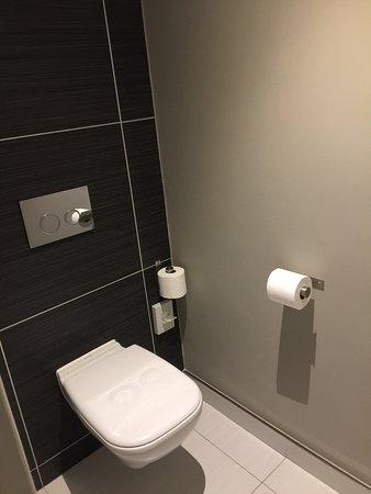 Moderne badkamer. - Picture of Hotel Verde Cape Town International ...