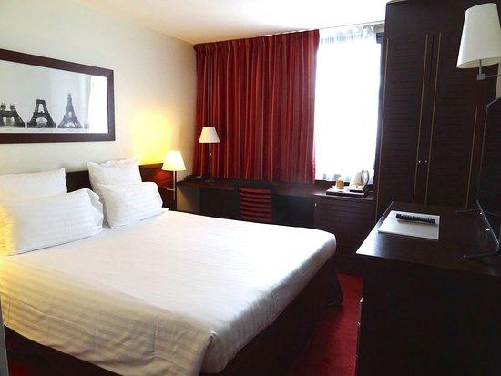 Hotel Concorde Montparnasse: Modest sized room