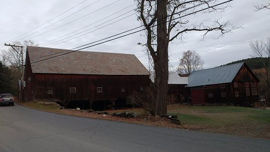 Hickory Ridge House Bed & Breakfast Inn: Old farm buildings just across the quiet road