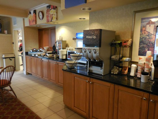 Chelsea, MI: Hot breakfast and drinks counter