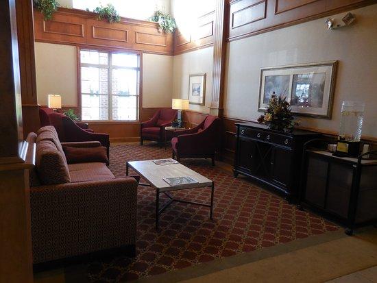 Chelsea, MI: Lobby lounge area