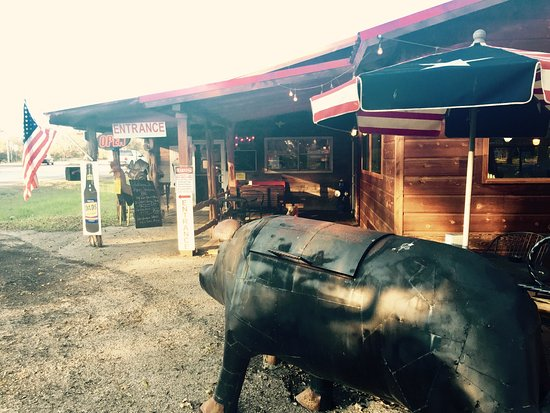 Lampasas, TX: Indoor and outdoor seating, tasty BBQ - good pit stop for a road trip!  Pet friendly.