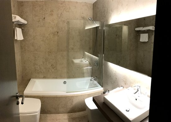 Hotel Duomo: Amplio baño para habitación normal. Muy limpio y apañado salvo por la mampara. Salpica agua fuer