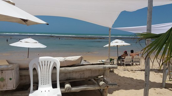 Vista do mar a partir da barraca. Ao Fundo, piscinas de Mucugê