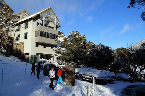 Boali Lodge: Boali in winter with carpark