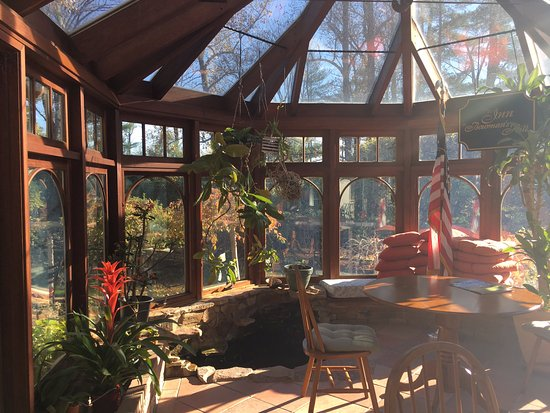 The Inn at Bowman's Hill: The BEAUTIFUL conservatory.