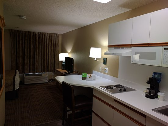 Extended Stay America - Austin - Downtown - Town Lake : Studio room with one queen bed, pantry area.