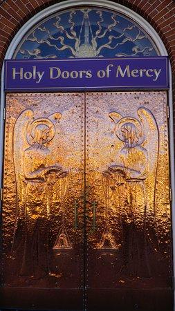 Saint Thomas Aquinas Cathedral: Gold doors