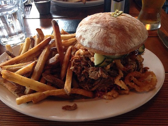 Woodinville, WA: Pulled pork and a beer