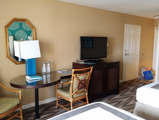 Kona Kai Resort & Spa, A Noble House Resort: Table/Desk area. TV and Refrigerator/Drawer cabinet.