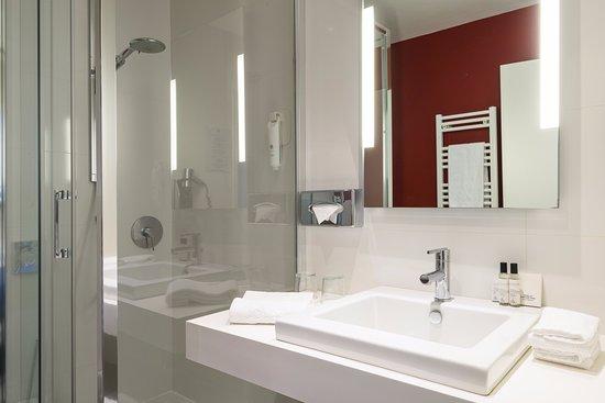 le Windsor Grande Plage Biarritz: Salle de bains avec douche à l'italienne