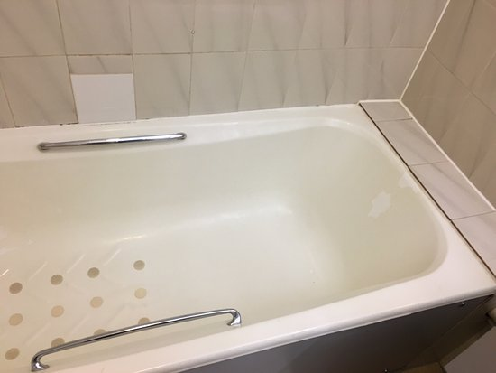 Metro Inns Walsall: Room 130 bath peeling.... filthy shower head!