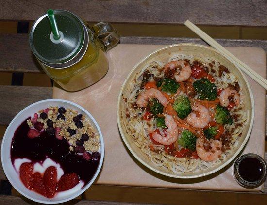 just good pot tokio con zumo citrus energy y yogur de arandanos con granola
