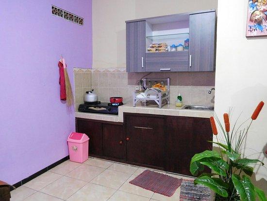 Griya Homestay Dapur Yang Bersih Dengan Segala Macam Peralatan Dan Makanan Lengkap