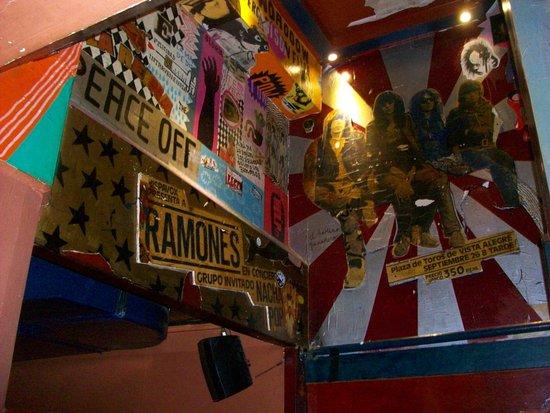 La Via Lactea The Woodstock Bar: Escalera al salón de arriba