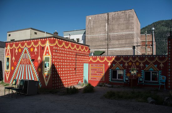 Nelson, Καναδάς: It's hard to miss us, with our beautiful exterior murial by San Francisco artist Shrine.