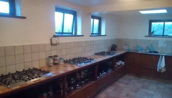 Aille River Hostel: Kitchen, more then enough room for a large group.