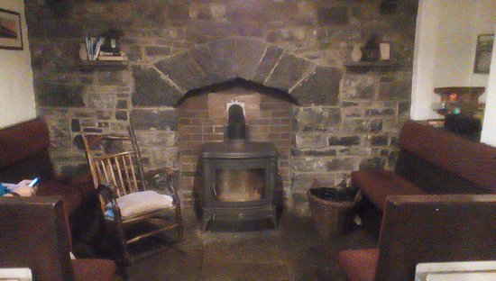 Aille River Hostel: Common room, fire is lit in afternoon.
