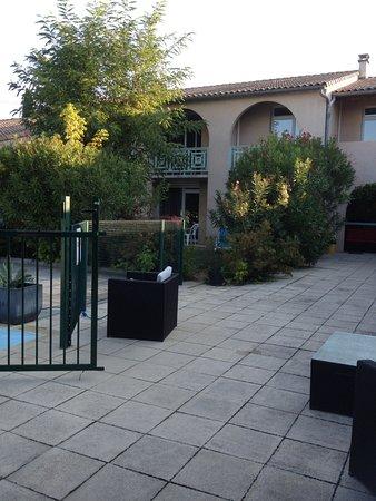 Le Clos des Bruyeres : Espace salon extérieur devant la piscine