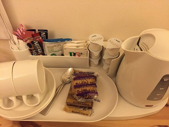 Caley Hall Hotel: Complimentary tea/coffee and biscuits in room